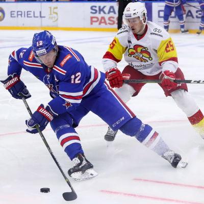 Jori Lehterä i närkamp med Henrik Haapala.