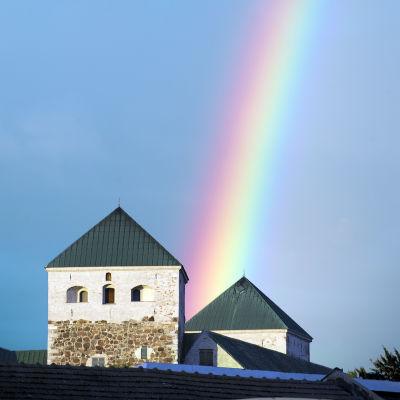 Turun linnan taustalla sateenkaari.