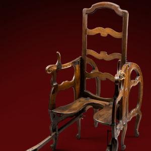 Förlossningsstol från 1700-talet.