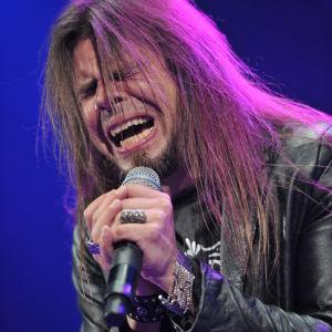 Sångaren Todd La Torre i bandet Quensryche sjunger med dramatisk grimas.