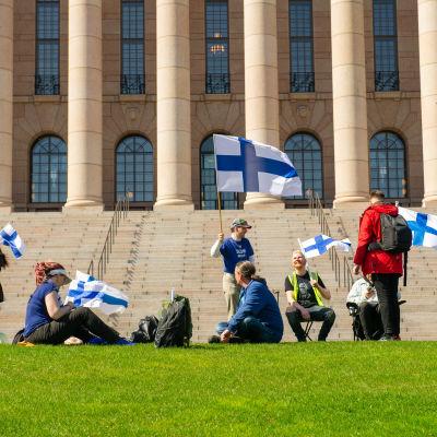 Mielenosoittajat parlamentin edessä. Helsinki. 11.05.2021.