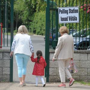 Irländare på väg till vallokal.