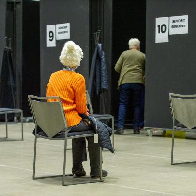 Nainen odottaa vuoroaan rokotettaviksi Porvossa.18.3.2021.