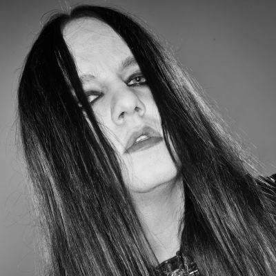 Svartvit bild av Joey Jordison.