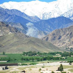 USA fällde 13.4.2017 en jättebomb i en IS-kontrollerad dal i Nangarhar där jihadister hade grävt ett stort tunnelkomplex i bergen
