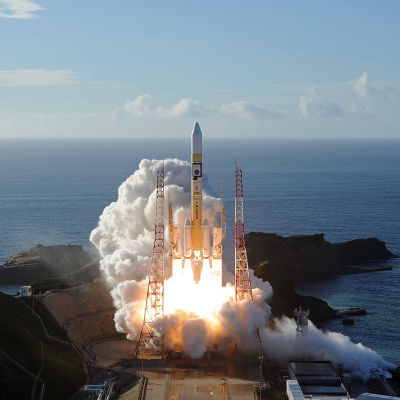 Bild på rymdsond som skjuts upp i Japan. Den omges av vit rök.