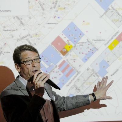 Vantaan kaupunginhallituksen puheenjohtaja Tapani Mäkinen puhuu asuntomessujen tiedotustilaisuudessa Vantaalla 6. toukokuuta 2015. Medialle järjestettiin ennakkoretki Vantaan asuntomessualueelle.