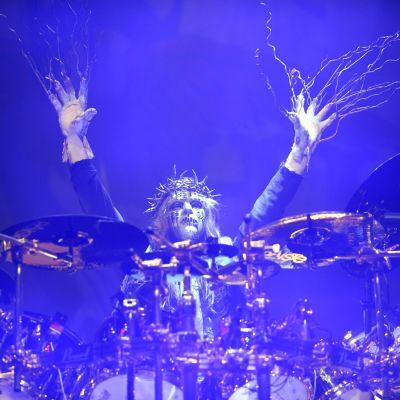 Joey Jordison spelar trummor i mask och utstyrsel.
