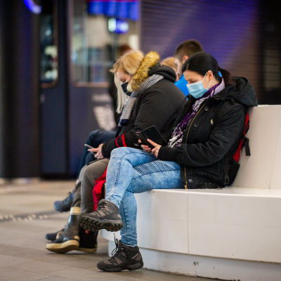Ihmisiä rautatieasemalla. 30.3.2021