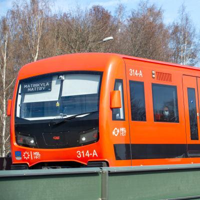 Metrojuna Helsingissä. 20.4.2021.