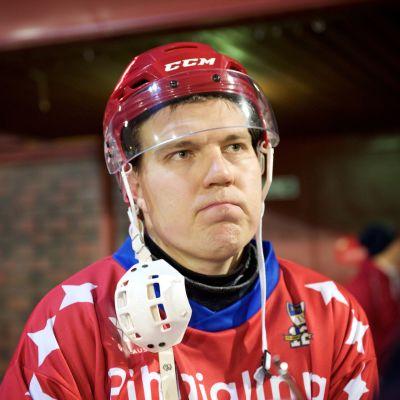 Teemu Ramstedt svarar på frågor i HIFK:s bandytröja.