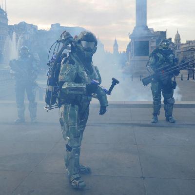 Pelihahmoiksi pukeutuneita ihmisiä Trafalgar squarella Lontoossa Reach on Xbox 360 -pelin julkistamistilaisuudessa.