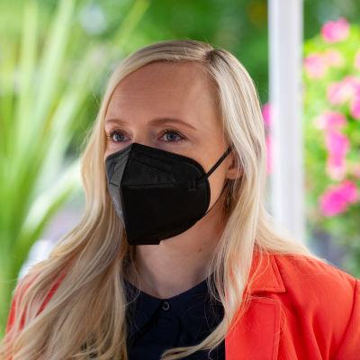 Inrikesminister Maria Ohisalo med munskydd på.
