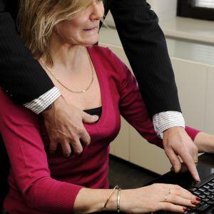 Man som tafsar på kvinnas bröst.