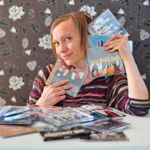 Lisa Ahlvik med en samling Backstreet Boys-skivor