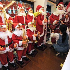 Julprydnader i en partihandel i Yiwu i Kina.