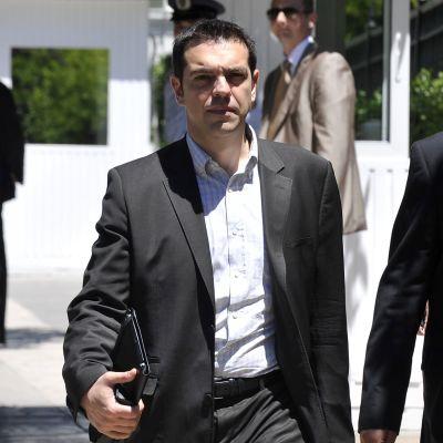 Alexis Tsipras anländer till presidentpalatset i Aten