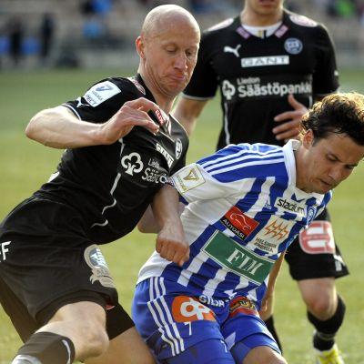 Hyyrynen och Mannström i kamp om bollen.