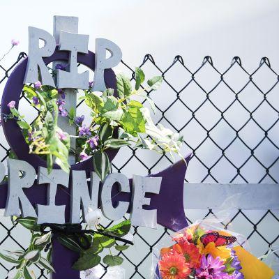 Paisley Parkissa, Minneapolisissa sijaitsevan Princen kotitalon ja studiorakennuksen ulkopuolella on päivystänyt satoja faneja viime torstaista lähtien.