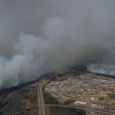 Albertan osavaltion viranomaiset valmistautuvat siirtämään Fort McMurrayn kaupungissa jopa 25 000 ihmistä ilmasta käsin kaupungin eteläpuolelle.