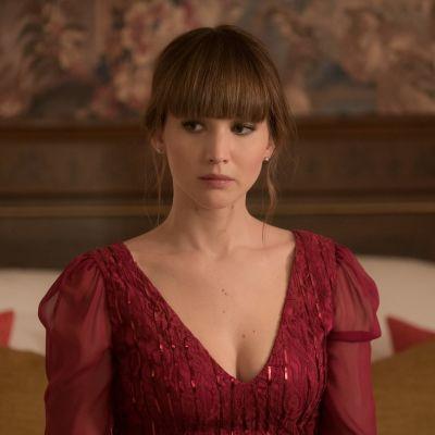 Närbild av Dominika klädd i sexig, röd klänning.