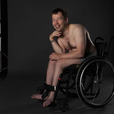 Toni Ainamo lättklädd i en rullstol.