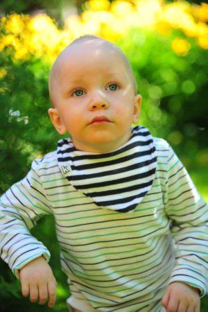 Porträttbild av Oliver två år.