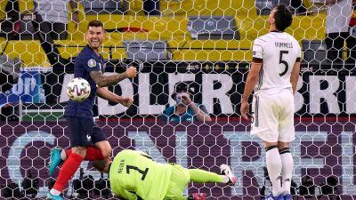 Lucas Hernandez gläds åt öppningsmålet som Hummels satte i eget mål.