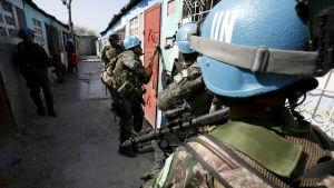 FN-soldater gör en räd i Cité Soleil i februari år 2007.