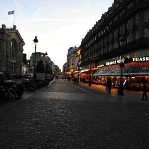 Aamuinen katu Pariisissa.