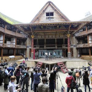 Teatergruppen övar inför världsturnén i London i april 2014.