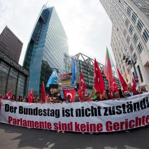 Turkiska orhanisationer protesterar mot Tysklands Armenienresolution.