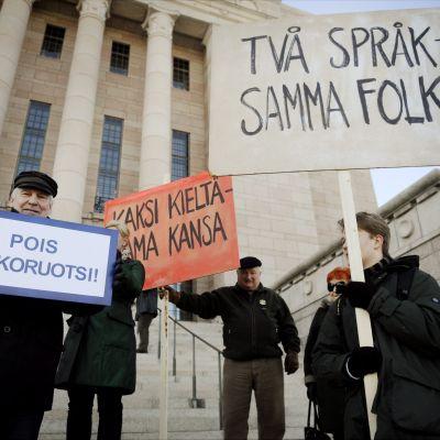 Demonstratin för och emot skolsvenska 2011.