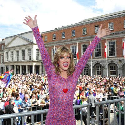 Gayaktivisten Rory O'Neill jublar över folkomröstningsresultatet i Dublin.