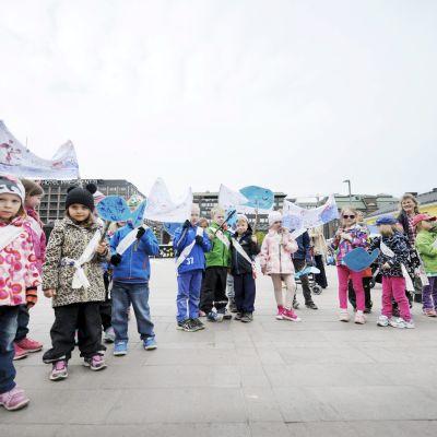 Barn från språkbadsdagiset Sälen deltog i demonstrationen för Östersjön.