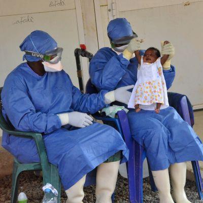 Läkare i Conakry, Guinea visar upp babyn Noubia, den sista ebolapatienten i landet efter att hon tillfrisknat i november 2015