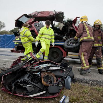 Polis och brandmän på plats vid en olycksplats efter att sju personer dog i bilolycka i Spanien.