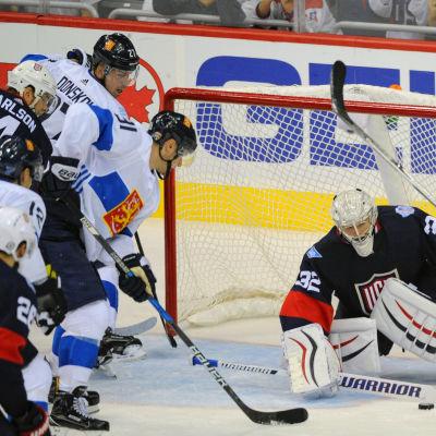 Barkov, Donskoi och Lehterä försöker få pucken i mål.
