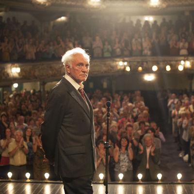 Terence Stamp on Arthur elokuvassa Laulu Marionille. Taustalla Elizabeth (Gemma Arterton)