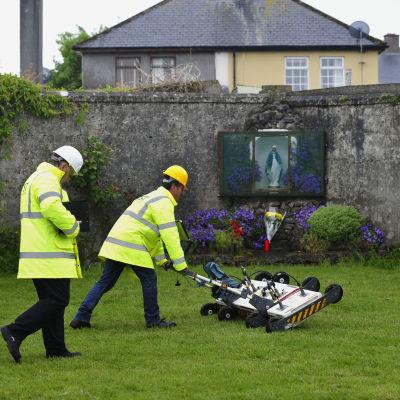 Marken vid ett tidigare barnhem i Irland undersöks efter att en massgrav hittats i området.