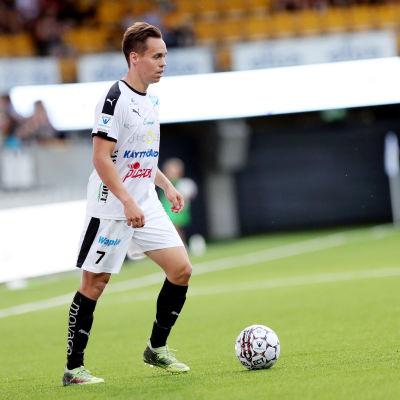 Juha Hakola med bollen.