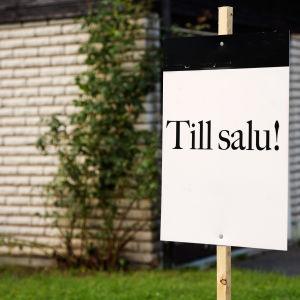 En skylt vid ett hus där det står till salu.