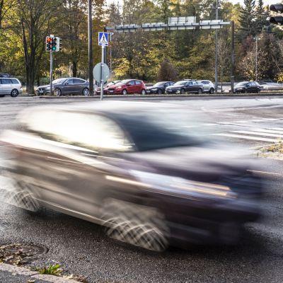autoja syksyisessä maisemassa