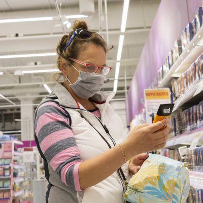 Ihmisiä Itäkeskuksen Citymarketissa kasvomaskit päällä.