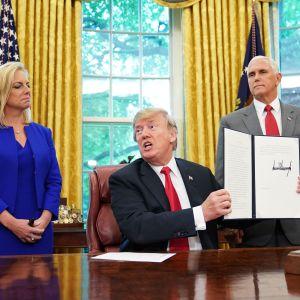 USA:s president Donald Trump tillsammans med inrikessäkerhetsministern Kirstjen Nielsen och vice president Mike Pence, efter att Trump undertecknat presidentordern.