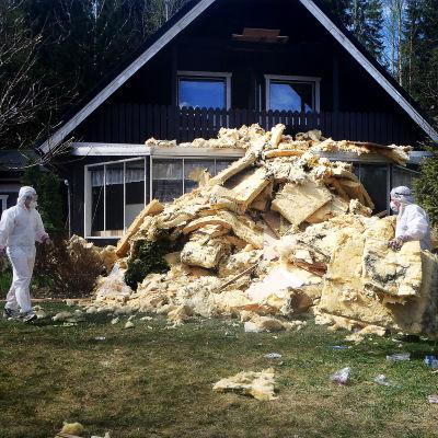 Hometaloa korjataan. Talon lämpöeristeitä on poistettu.