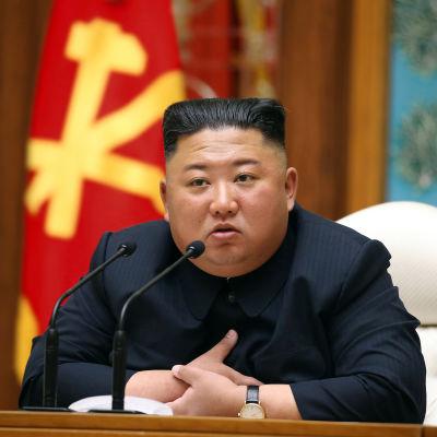Kim Jong-un istuu pöydän ääressä.