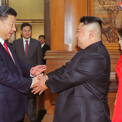Xi Jinping och Kim Jong-Un har träffats fyra gånger tidigare, men alltid i Kina. Nu blir Xi den första kinesiska ledare på 14 år som besöker Pyongyang