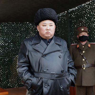 Pohjois-Korean johtaja Kim Jong-un tarkastusreissulla armeijan tukikohdassa 2. maaliskuuta 2020.