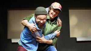 Veikko Nuutisen näytelmä Pasi was here KOM-teatterissa. Rooleissa Juho Milonoff ja Johannes Holopainen.
